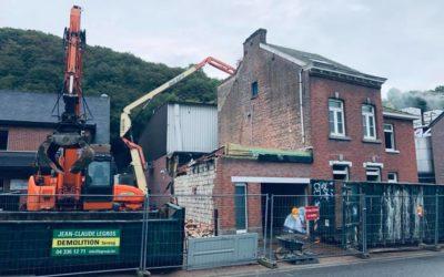 Démolition d'un ensemble de bâtiments avec travaux de terrassement